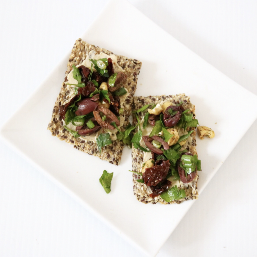 Low Carb Vegan Mediterranean Flatbread | Meat Free Keto - Who doesn't love olives and sun-dried tomatoes? This gluten free, nut free, low carb recipe combines these delicious flavors in one easy dish!